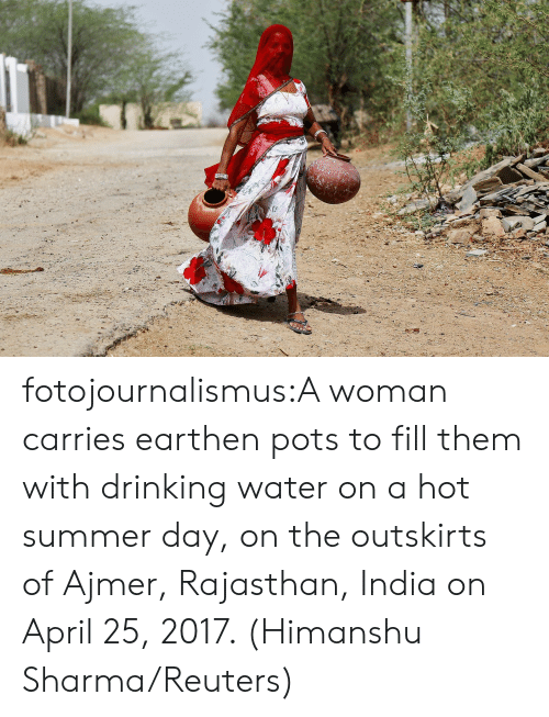 drinking water: fotojournalismus:A woman carries earthen pots to fill them with drinking water on a hot summer day, on the outskirts of Ajmer, Rajasthan, India on April 25, 2017. (Himanshu Sharma/Reuters)
