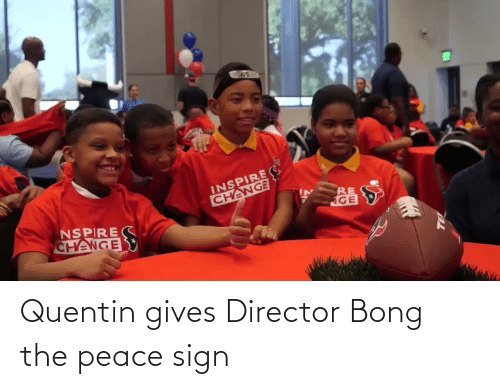 sign: Quentin gives Director Bong the peace sign