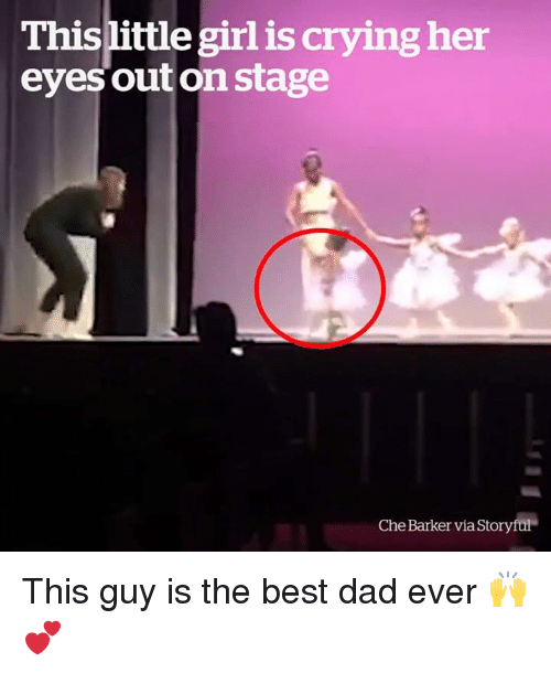 Crying, Dad, and Best: Thislittle girl is crying her  eyes outon stage  Che Barker via Storyful This guy is the best dad ever 🙌💕
