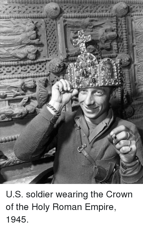 Holy Roman: Yi  n  ィ-7 U.S. soldier wearing the Crown of the Holy Roman Empire, 1945.